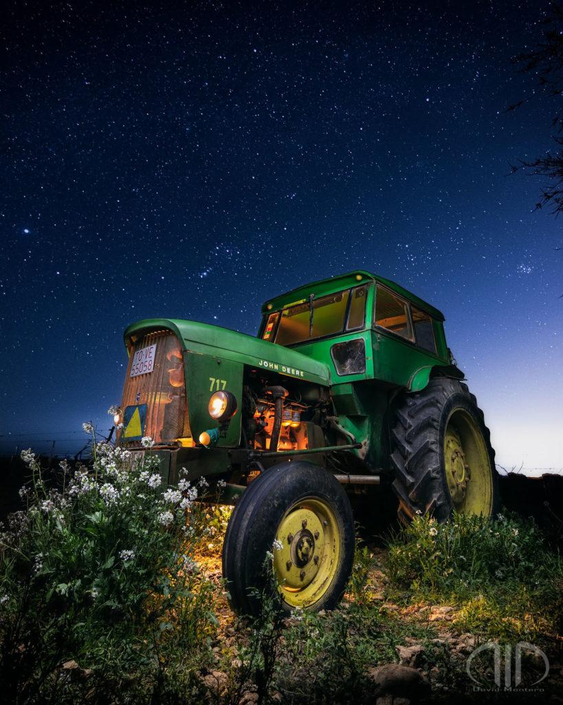 Fotografía nocturna tractor verde y orion estrellas david montero